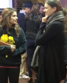 Diese Kinobesucherinnen können es nicht glauben, hinter ihnen schleichen sich William und Kate in den Saal.