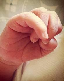 Alyson Hannigan teilt auf Twitter das erste Foto von ihrer Tochter Keeva mit den Fans.