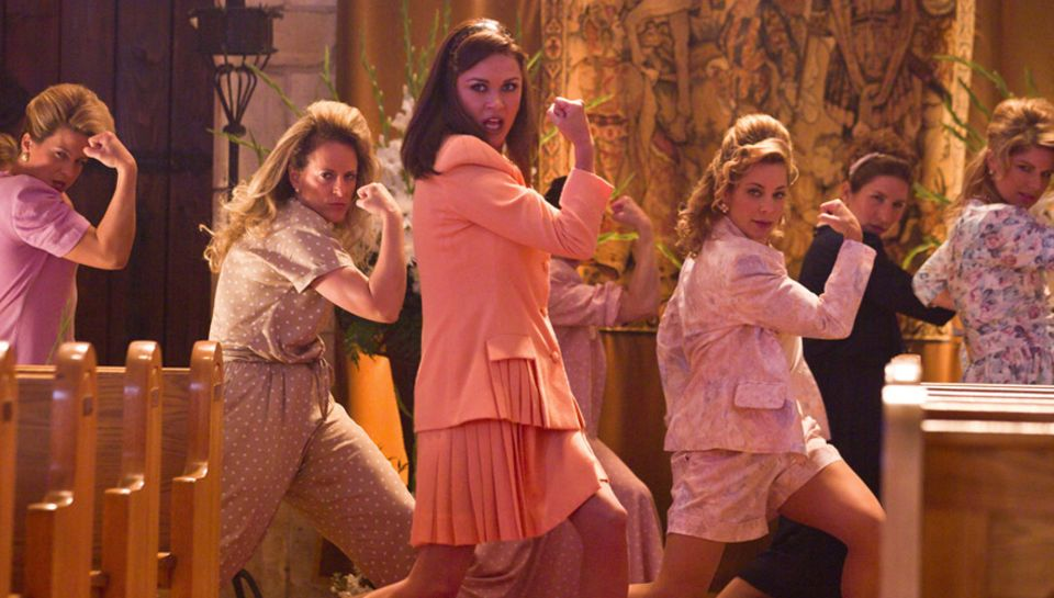 """Patricia Whitmore (Catherine Zeta-Jones) und ihre christlichen Hausfrauen-Kumpaninnen wollen """"The Bourbon Room"""" schließen lassen"""