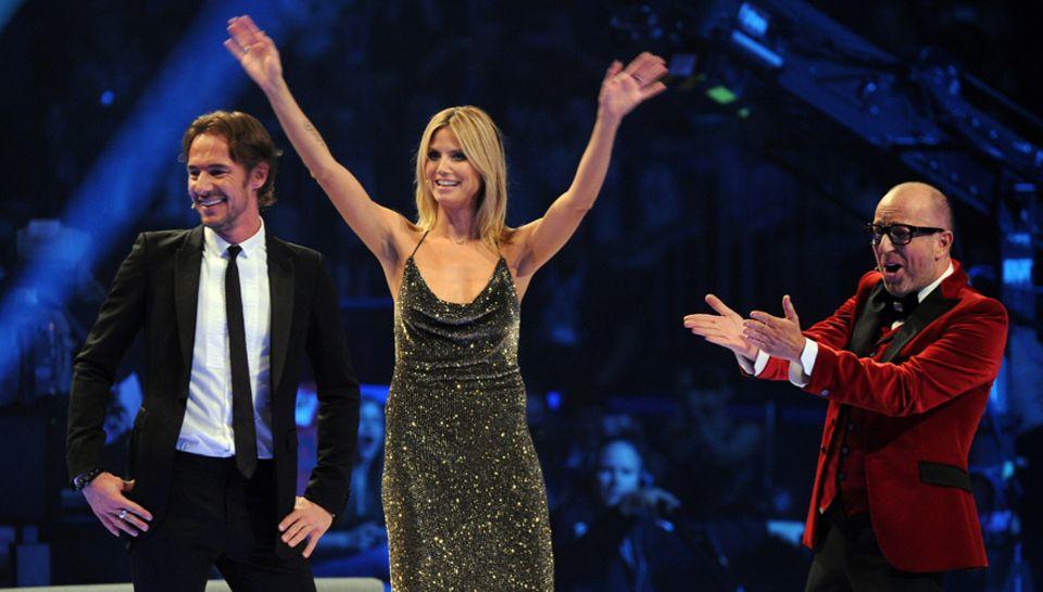 """Abschiedsgruß? Heid Klum, 39, mit Thomas Hayo, 43, und Thomas Rath, 46, nach dem Finale von """"Germany's next Topmodel 2012""""."""