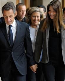 Hand in Hand: Nicolas Sarkozy und Carla Bruni halten zusammen, komme was da wolle. Noch immer ist das mediale Interesse an den b