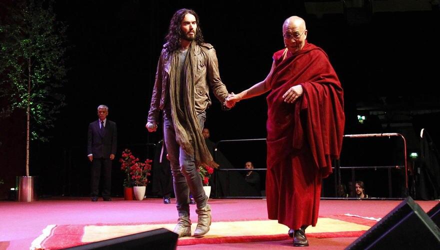 Der Dalai Lama und Russell Brand kamen Hand in Hand auf die Bühne.