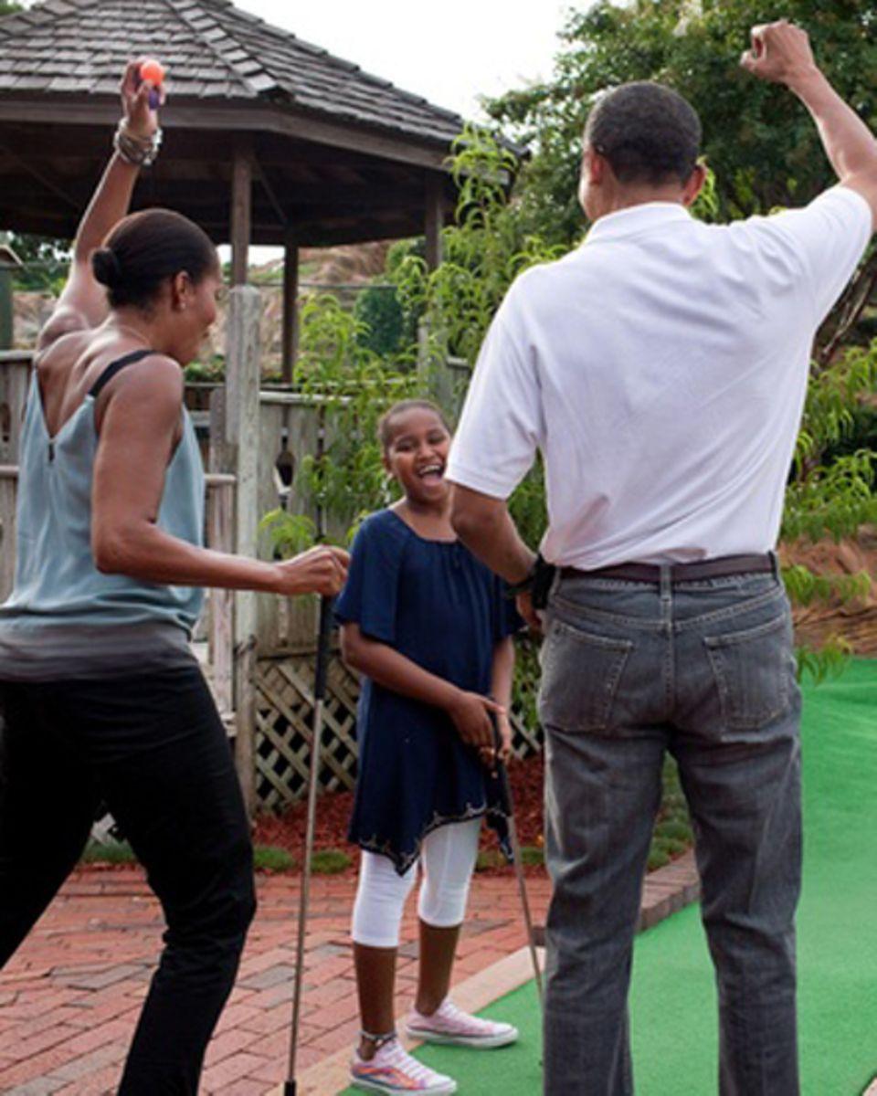 """""""Siege in jeder Form sind ein Grund zum Feiern"""", kommentiert Michelle Obama den Minigolf-Schnappschuss von Barack Obama und Toch"""