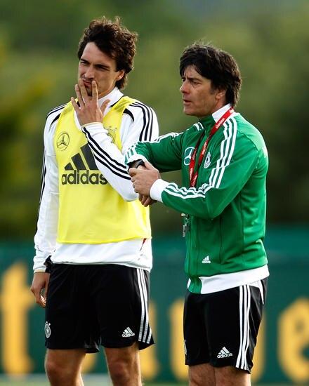 Mats Hummels mit  Bundestrainer Jogi Löw beim Training in Tourette.