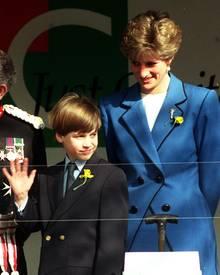 Prinz William als kleiner Junge mit seiner Mutter bei einem offiziellen Termin in Cardiff.
