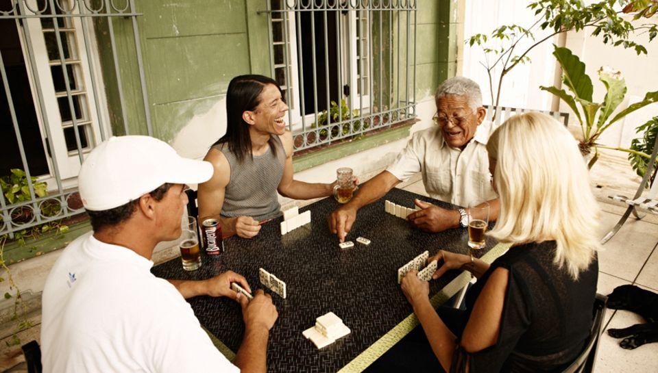Jorge, 44, und sein Vater Gudelio, 91, bei einer Partie Domino auf der Terrasse von Alexander und Margarita Cabrera Santana. Die