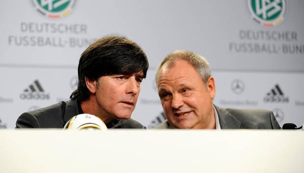 Enge Vertraute: Löw und DFB-Pressechef Harald Stenger. Als der 2010 kurz vor der Entlassung stand, setzte der Trainer sich für i