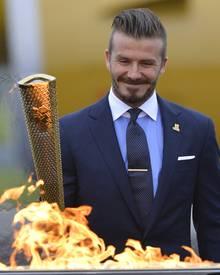 Beckham war als offizieller Botschafter der Olympischen Spiele 2012 in London Teil der Delegation, die das Olympische Feuer empf