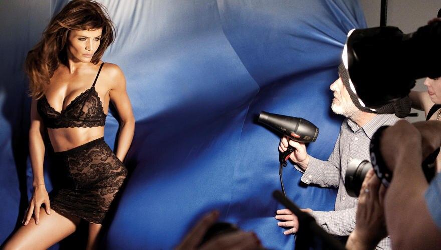 """Ein Fön als Geheimwaffe beim Shooting. Im Londoner Kaufhaus """"Selfridges"""" präsentiert Helena Christensen die Dessous im exklusive"""