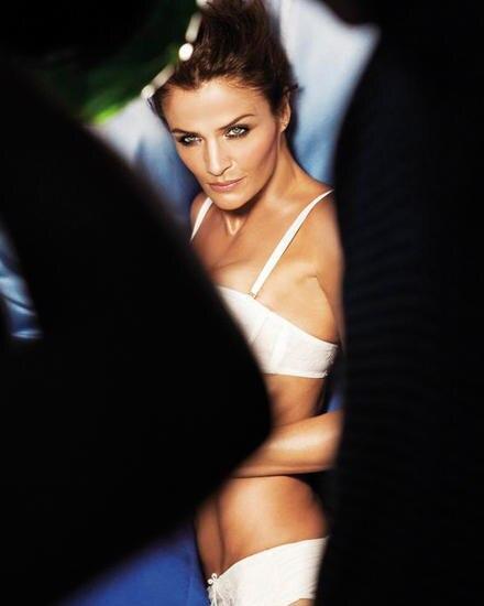Vamp und Geschäftsfrau: Seit 2011 entwirft Helena Christensen für Triumph und führt die Wäsche in der Kampagne selbst vor.