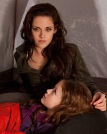 """""""Renesmee"""" mit ihrer Mutter """"Bella"""" (Kristen Stewart)."""