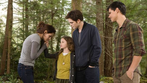 Renesmee (Mackenzie Foy, 2. von links) mit ihren Eltern Bella und Edward (Kristen Stewart und Robert Pattinson) und Jacob (Taylo