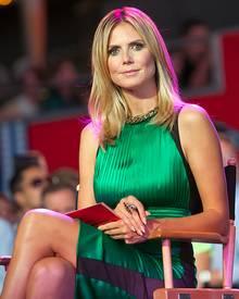 """Heidi Klum: Blitzt da ein helles Höschen, oder ist sie wirklich unten ohne? Beim Live-Dreh für ihre Show """"Project Runway"""" in New"""