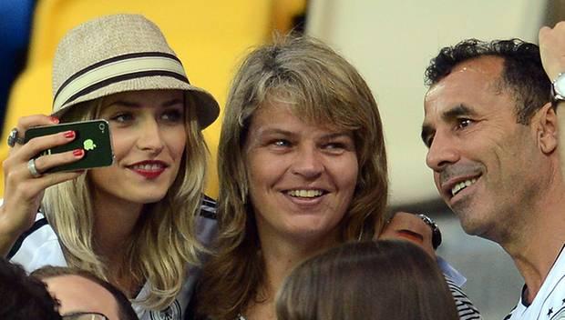 Familien-Support: Lena Gercke (l.) zeigt während des Portugal-Spiels Samis Mutter Doris, 44, und Vater Lazhar, 51, ihre Schnapps