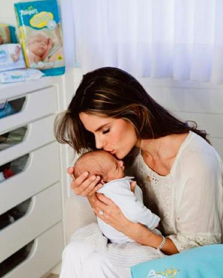 Alessandra Ambrosio mit ihrem Baby