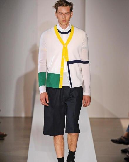 In ihrer aktuellen Herrenkollektion zeigt Jil Sander auch auffällige Farben.