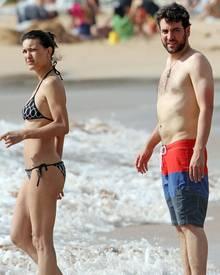 Julia Jones und Josh Radnor genießen ihre freie Zeit am Starnd von Maui.