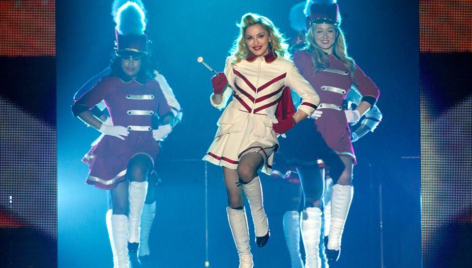 Zumindest auf der Bühne tanzt tatsächlich alles nach ihrer Pfeife: Bei ihren Berliner Shows vor mehr als 26 000 Fans sang Madonn