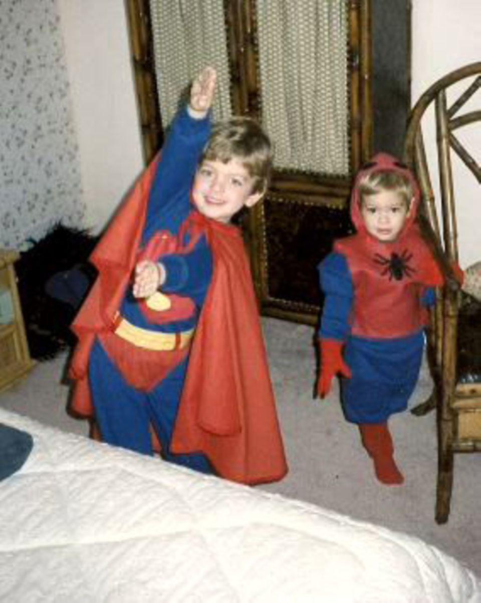 Auf dem Familienbild, das Andrew Garfield zeigte, sind er und sein Bruder in Halloween-Kostümierung zu sehen - rechts Andrew als