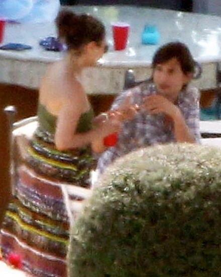 Ashton Kutcher und Mila Kunis genießen den Feiertag gemeinsam an einem Pool in Kalifornien.