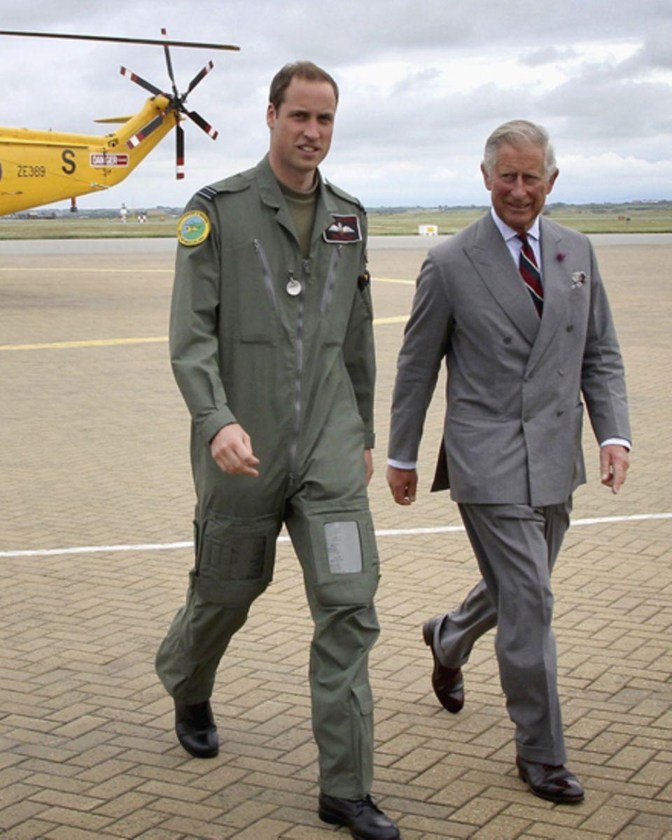 Prinz William zeigt seinem Vater Prinz Charles seinen Arbeitsplatz.