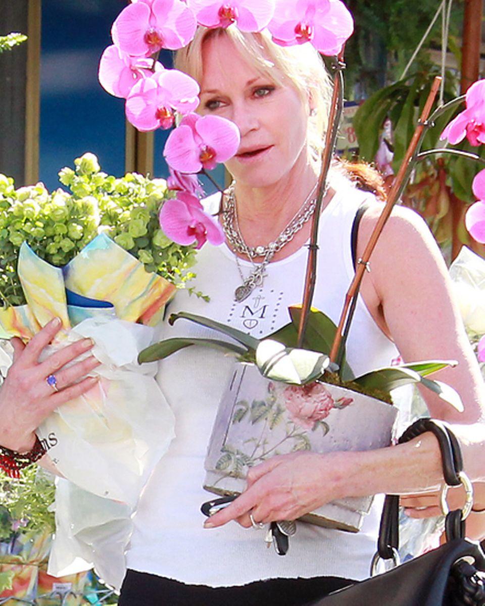 Melanie Griffith zeigt sich beim Blumen kaufen in Hollywood ohne Ehering.