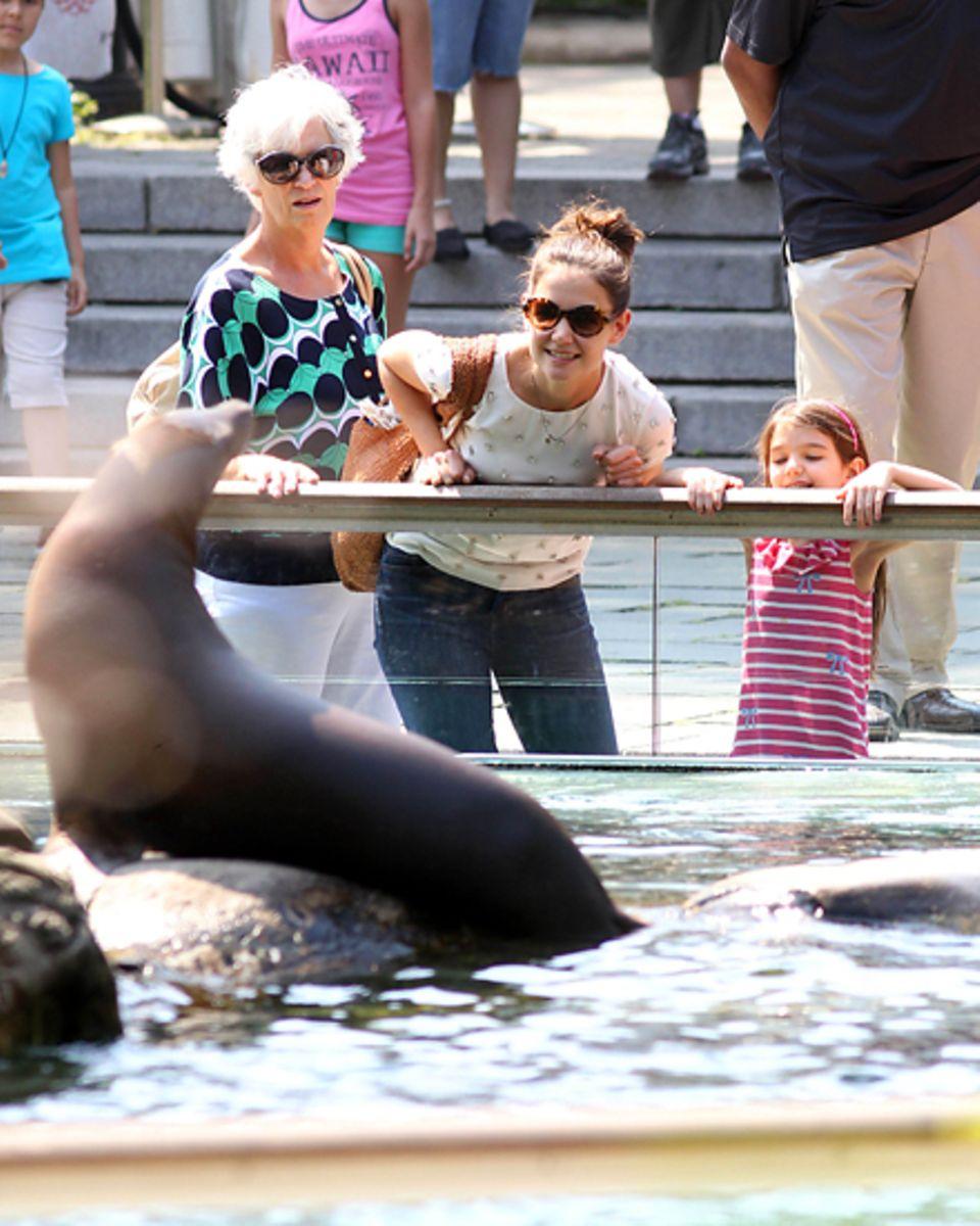 Bodenständig: Katie Holmes mit Tochter Suri und Mutter Kathleen im Zoo des New Yorker Central Parks.