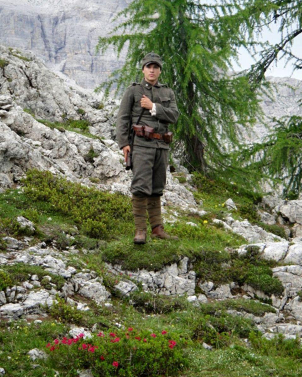"""William Moseley am Set von """"The Silent Mountain"""" in den Dolomiten. Die Natur zeigte sich dort auch von ihrer gefährlichen Seite."""