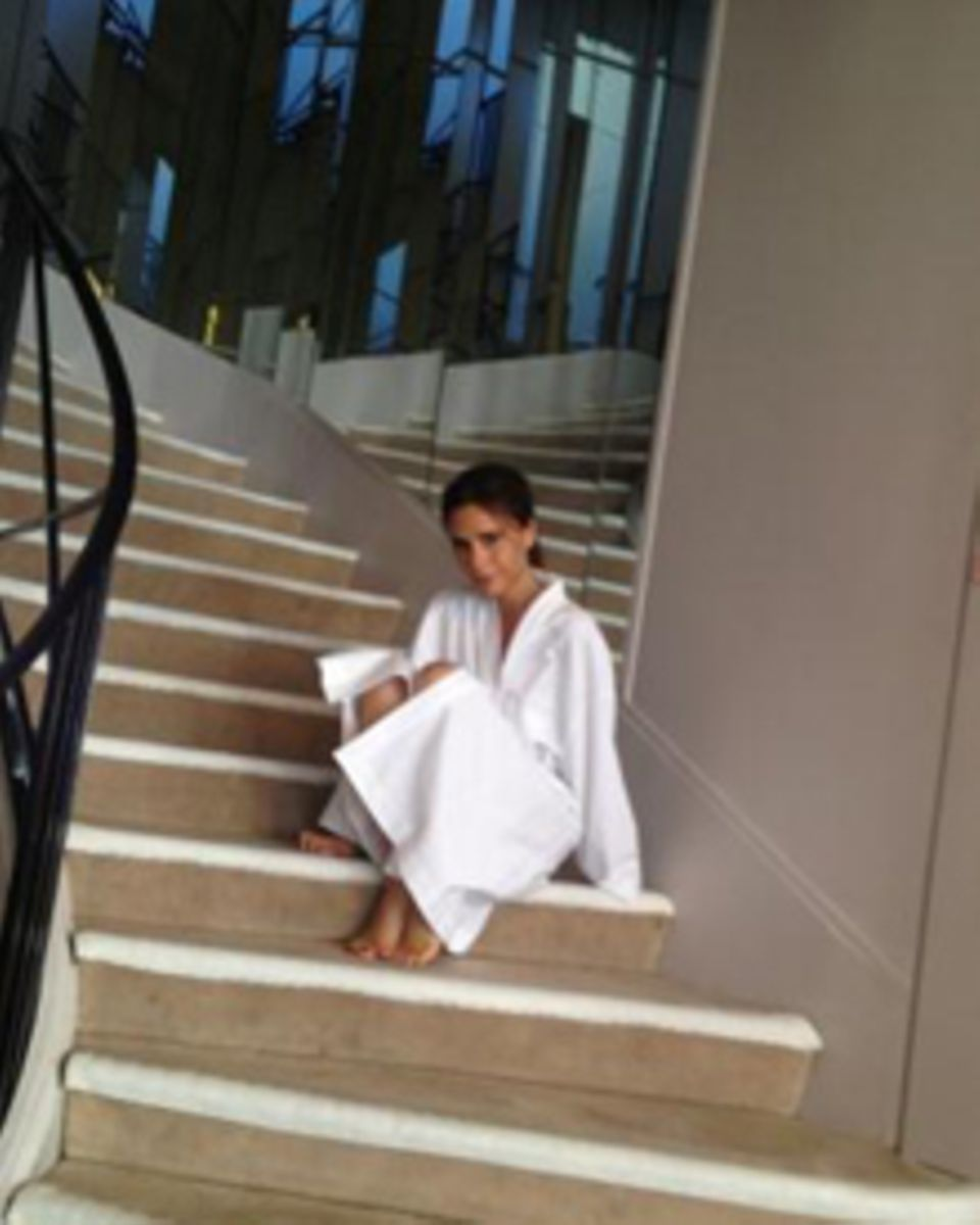 Victoria Beckham posiert auf der gleichen Treppe wie einst Coco Chanel.