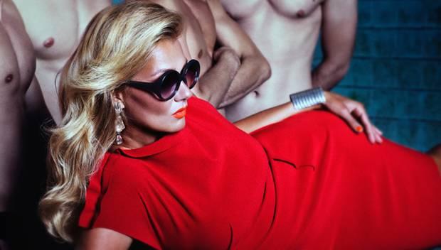 Lady in Red mit Poolboys - Franziska van Almsick beim Fotoshooting in einem Berliner Schwimmbad.