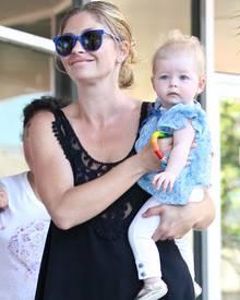 Stolz präsentiert Rebecca Gayheart ihre jüngste Tochter: Georgia kam im Dezember 2011 zur Welt.