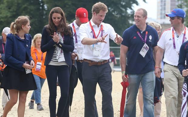 It's a family affair! Prinzessin Beatrice plaudert mit Catherine, Prinz Harry gestikuliert lebhaft im Gespräch mit Mike Tindall,