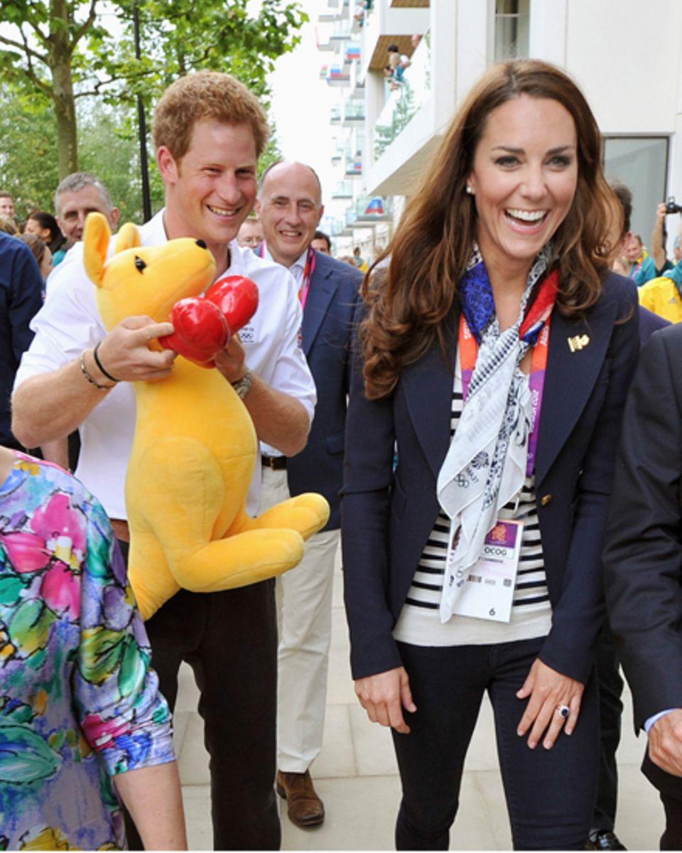 Prinz Harry amüsiert sich im olympischen Dorf gemeinsam mit seiner Schwägerin über das boxende Känguru, ein Geschenk der austral