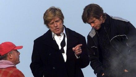 """Tony Scott (links) am Set mit Robert Redford und Brad Pitt bei den Dreharbeiten zum Film """"Spygame"""" im Jahr 2000."""
