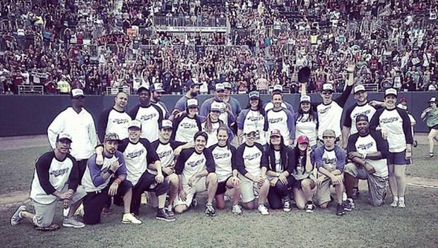 Die Mitglieder von New Kids On The Block und den Backstreet Boys posieren auf dem Spielfeld.