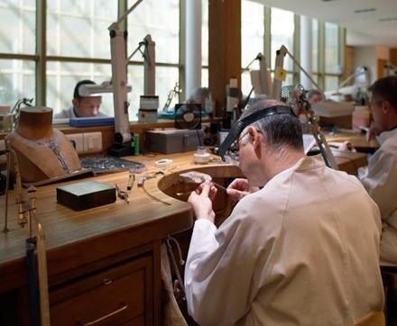 Vier Edelsteinschleifer, 34 Juwelieren und eine Perlen-Reiherin arbeiten in der Cartier- Werkstatt in Paris.