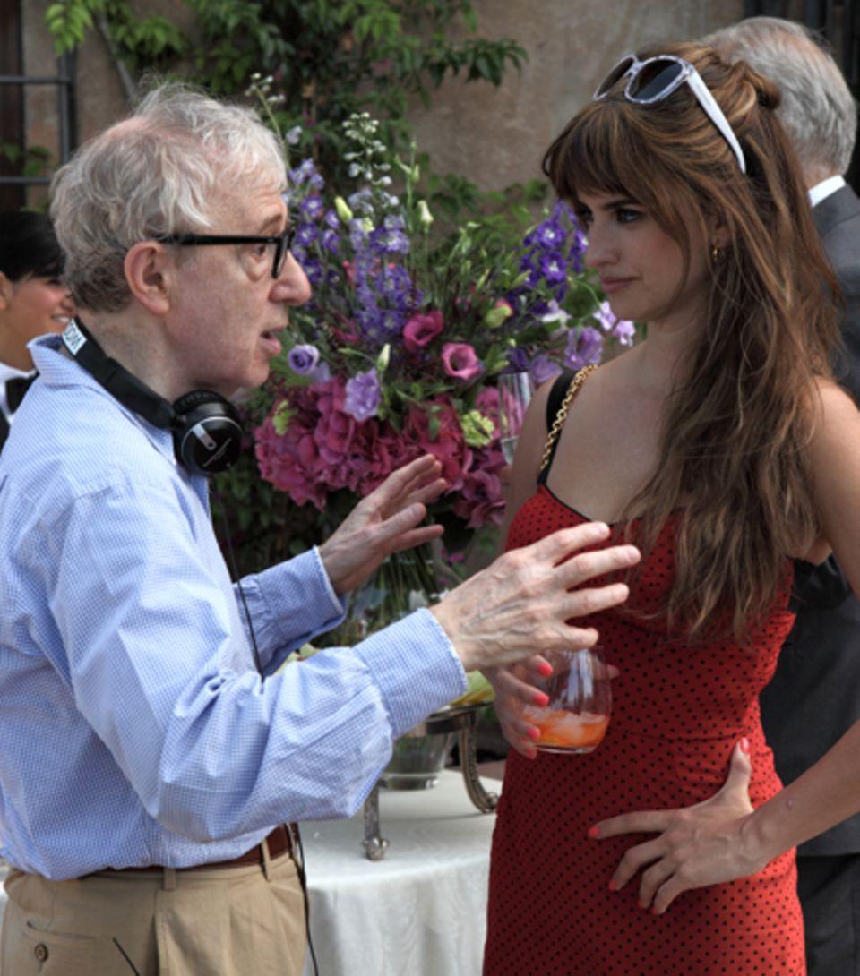 """Woody Allen und Penélope Cruz am Set von """"To Rome With Love"""". Nach """"Vicky Cristina Barcelona"""" ist dies sein zweiter Film mit der"""