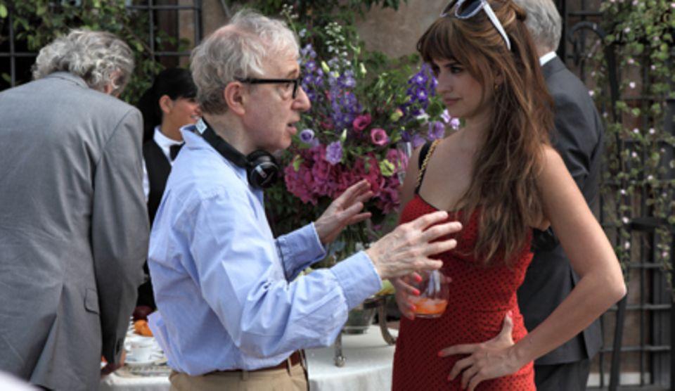 """Woody Allen und Penélope Cruz sind ein unschlagbares Filmgespann: Sie drehten zusammen schon """"Vicky Christina Barcelona""""."""