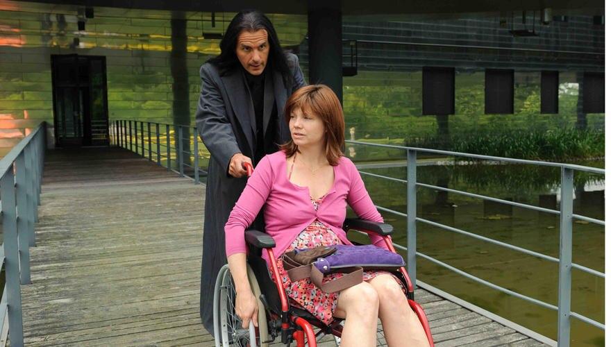 """Der Tod (Christoph Maria Herbst) schiebt Jela im Rollstuhl - aber noch nicht ins Jenseits. """"Und weg bist Du"""" 4. September. 20:15"""