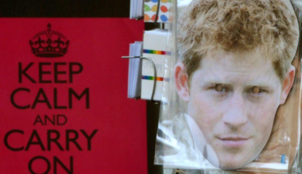 Souvenirshops in London schlagen aus der Affäre Profit - zum Beispiel mit einer Harry-Maske für Partygänger.