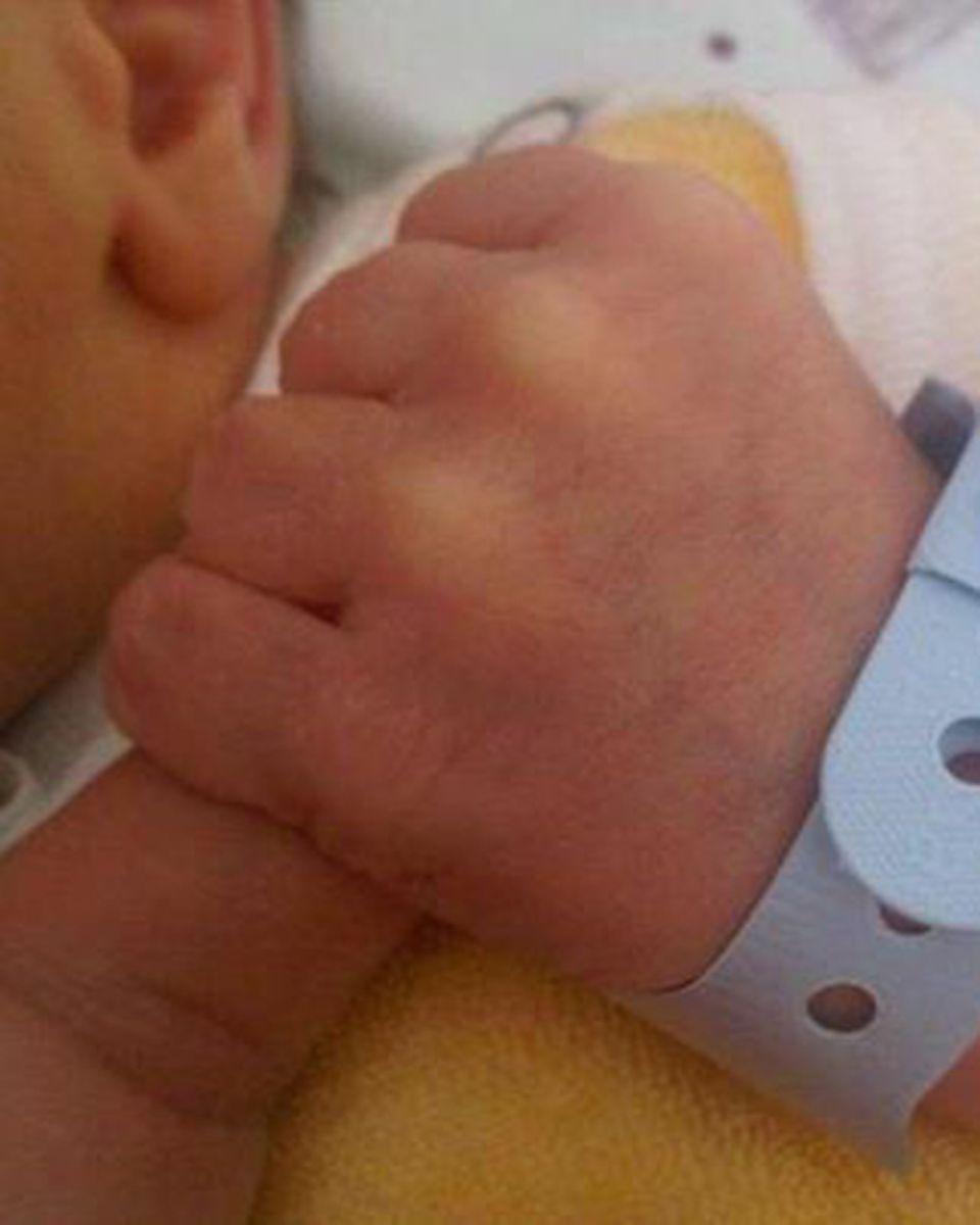 """""""Touchdown! It's a boy"""", schreibt Sonya Kraus einen Tag nach der Geburt bei Facebook und teilt dieses Bild."""
