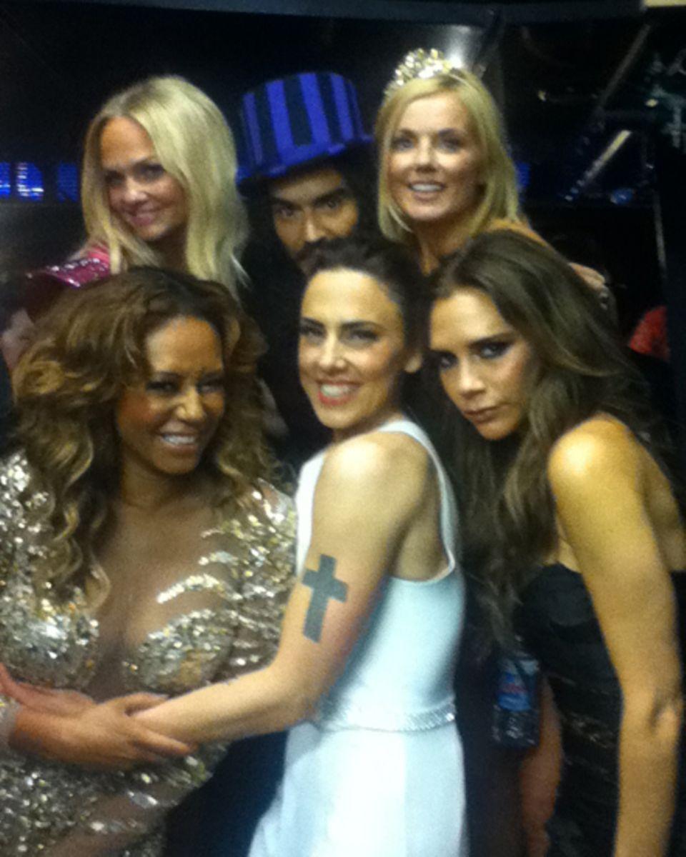 """Russell Brand schmuggelt sich mit den """"Spice Girls"""" aufs Bild."""