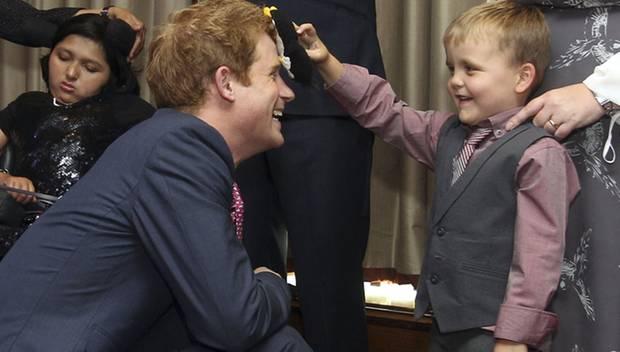 Spaß mit dem Prinzen: Der sechsjährige Alex Logan wischt mit seinem Pinguin Hookie über Harrys Stirn.