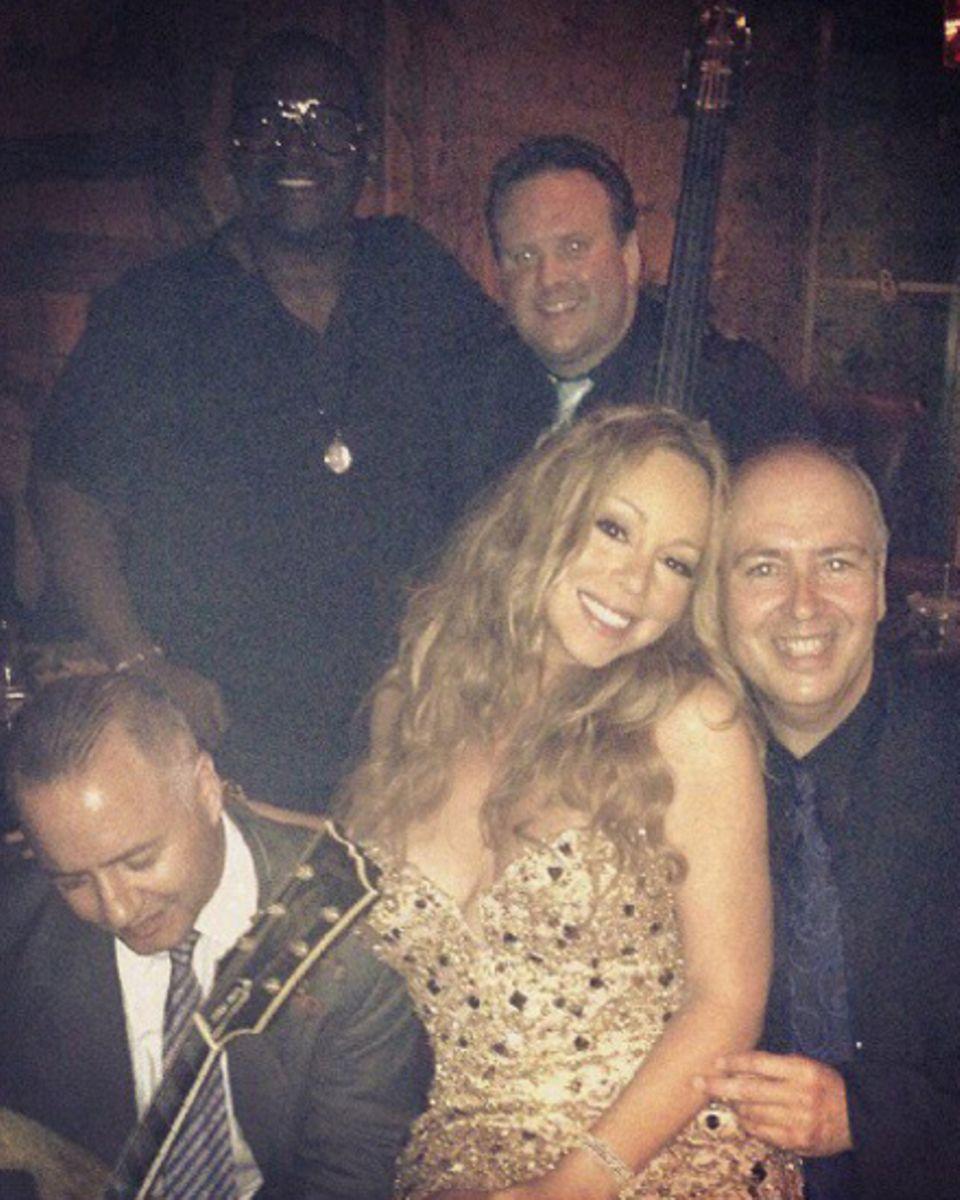 Nach ihrem Auftritt in dem Hotel twitterte Mariah Carey dieses Foto von sich und der Band.