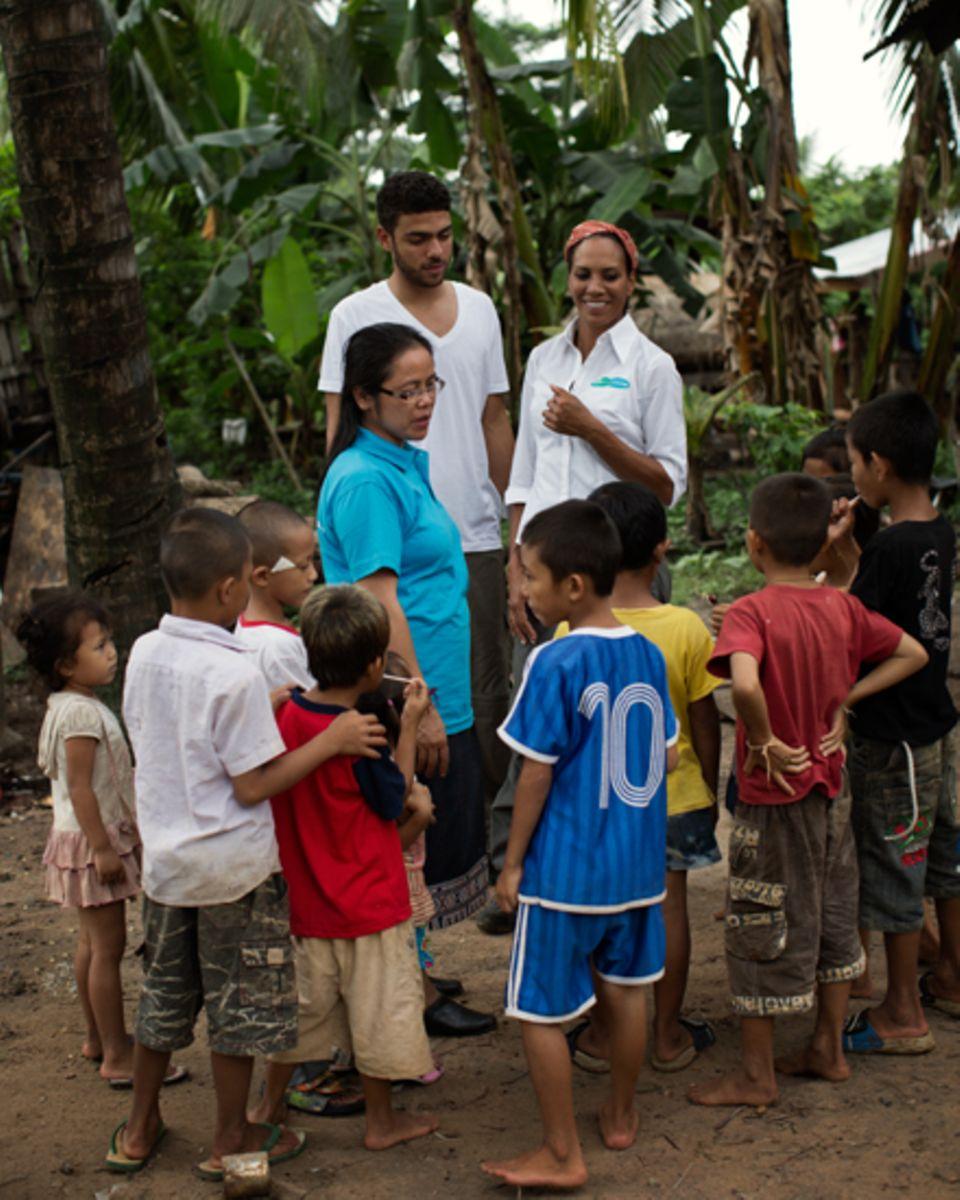 """Herzlich wurden Barbara und Noah Becker von einer Gruppe laotischer Kinder aufgenommen. Barbara: """"Eigentlich wollten wir an eine"""