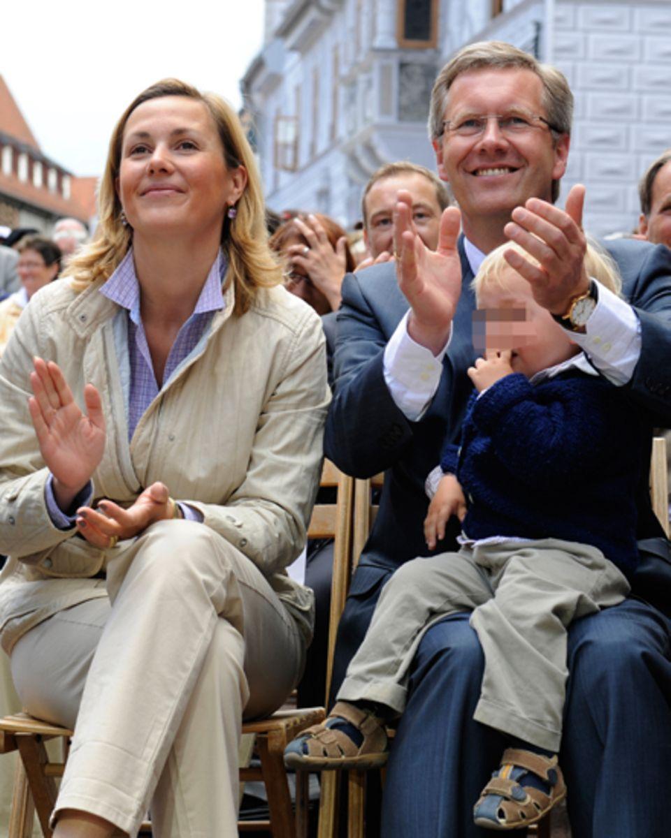 Bettina Wulff mit Ehemann Christian, 53, und dem gemeinsamen Sohn Linus, jetzt 4, beim Tag der Niedersachen 2010.