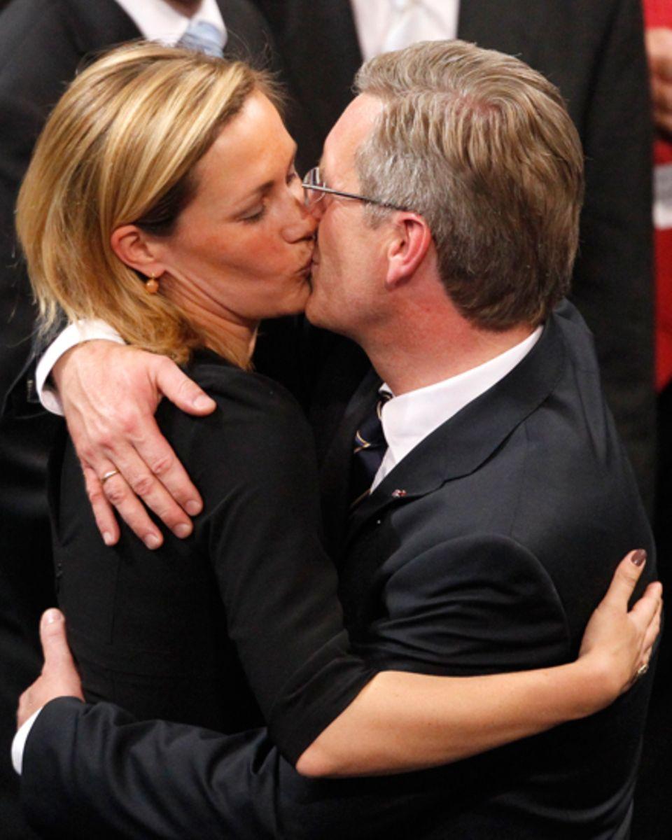 Als Christian Wulff im Juni 2010 im dritten Wahlgang zum Bundespräsidenten gewählt wird, gratuliert ihm seine Ehefrau Bettina mi