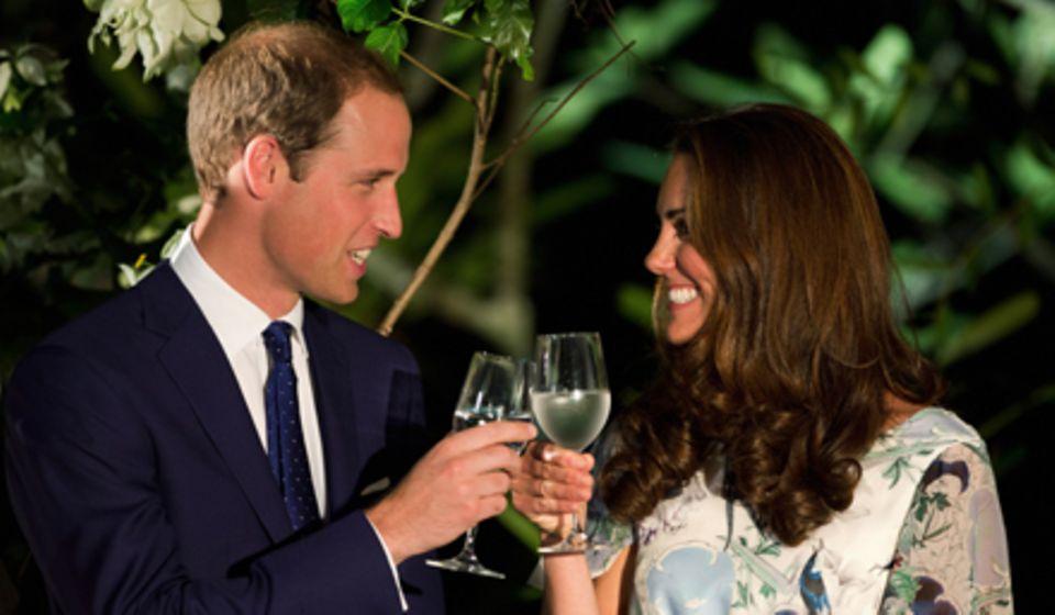 Am 12. September stoßen Prinz William und Herzogin Catherine in Singapur mit Wasser an.