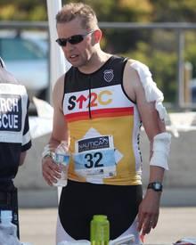 Frisch verarztet verlässt Jon Cryer die Sportveranstaltung.