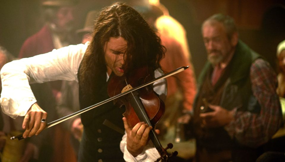 """David Garrett spielt in seiner ersten Filmrolle als Niccolo Paganinin in """"Der Teufelsgeiger"""" natürlich auch Geige."""